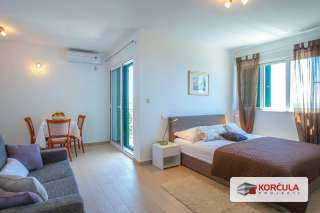 Luksuzno namještena vila s velikom terasom, bazenom i direktnim pogledom na more