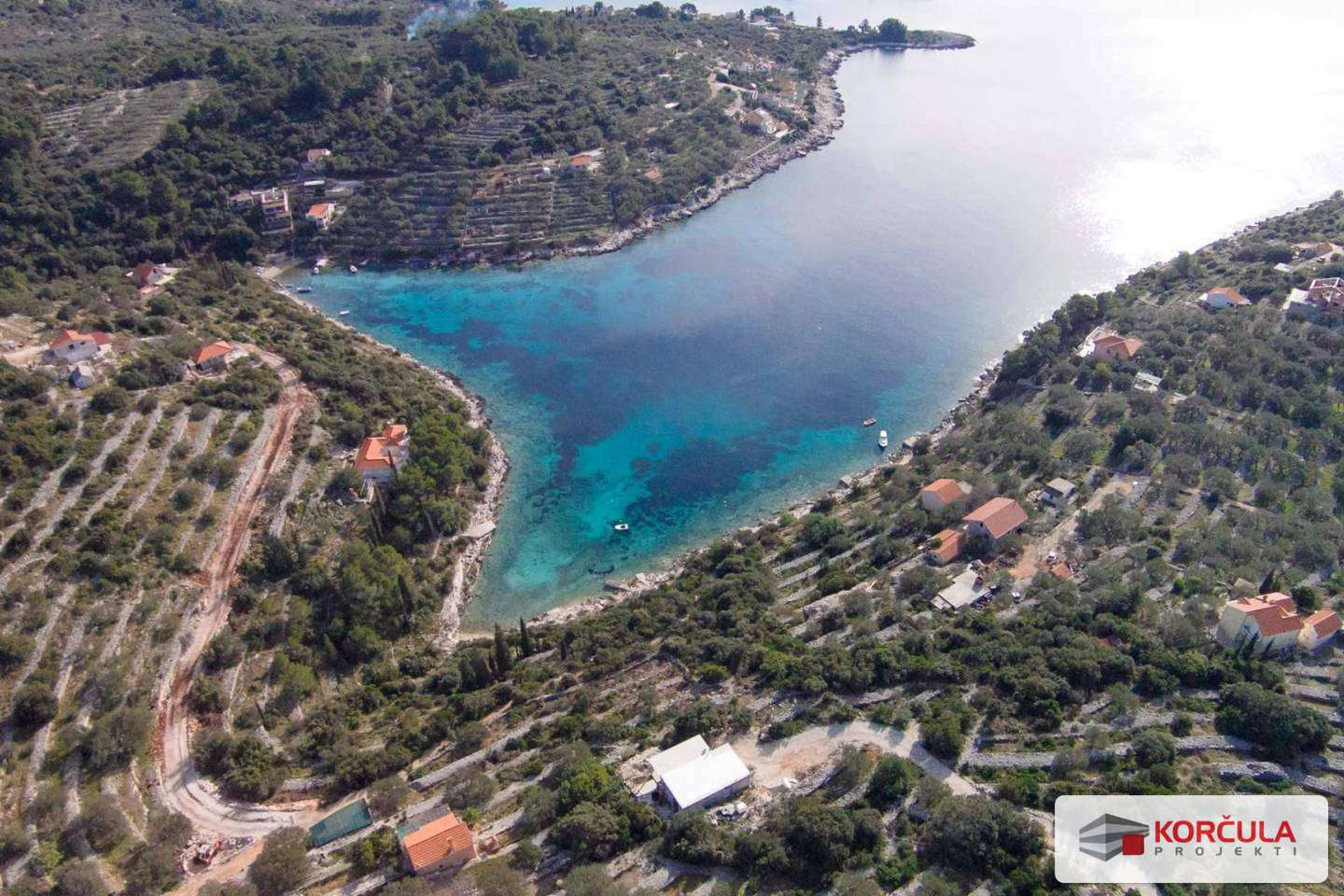 Building land in peaceful bay, sunny location