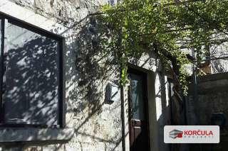 Stara kamena kuća u bajkovitom okruženju