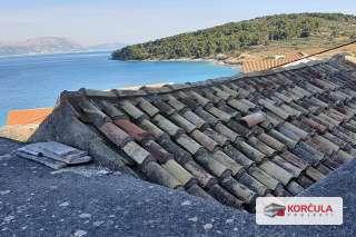 Odlična prilika za renovaciju: Kamena kuća s prostranom okućnicom odmah iznad plaže