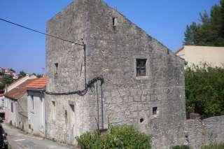 Kamena kuća nadomak mora
