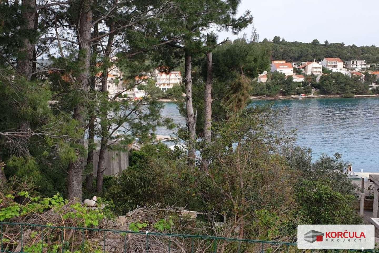 Građevinsko zemljište blizu mora s pogledom na otočić Vrnik