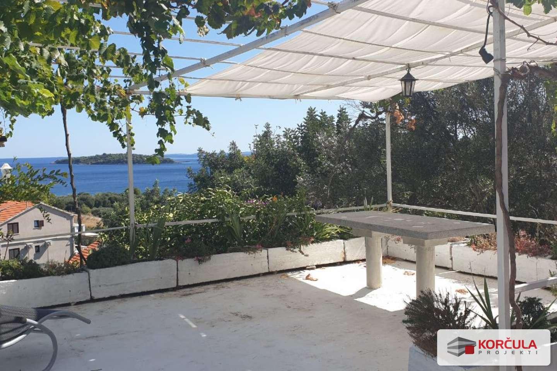 Kuća u zelenilu s prostranom terasom i pogledom na more