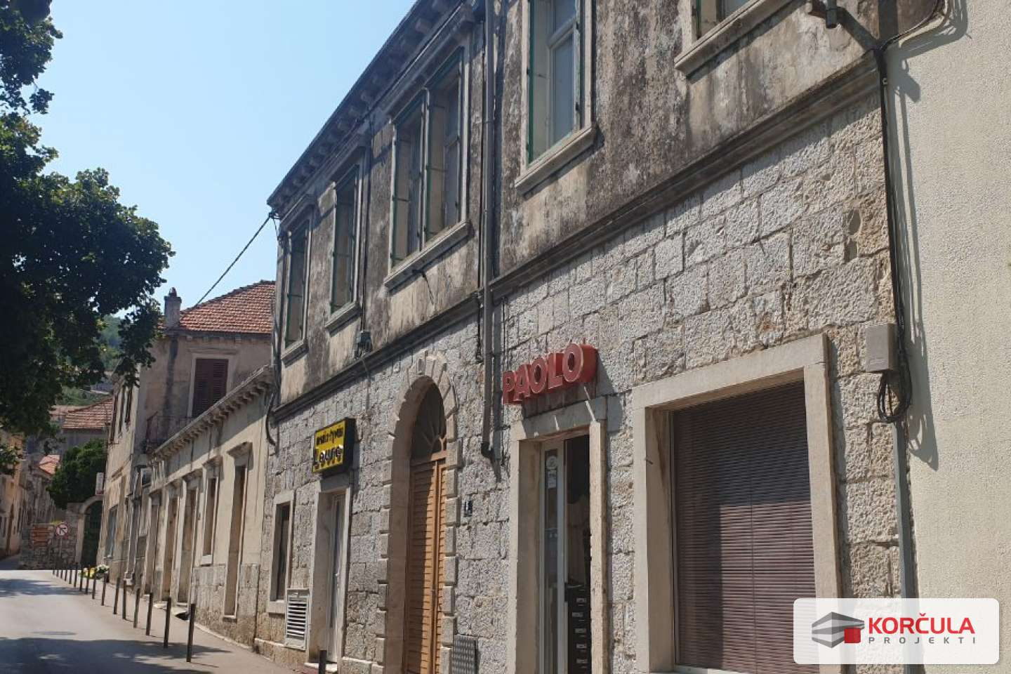 Apartment with terrace in a beautiful old stone building in the center of Blato