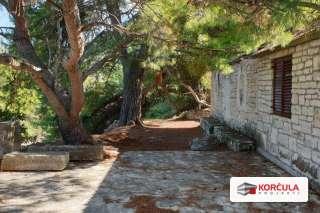 Građevinsko zemljište sa starim kamenim kućicama na izoliranoj lokaciji