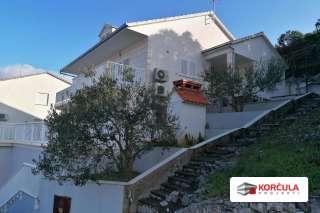 Troetažna kuća u blizini grada Korčule s prostranom terasom i pogledom na more
