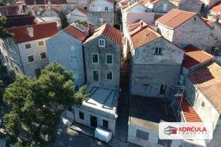 Kamena kuća iz 16. stoljeća u starom gradu Korčuli, prvi red do mora