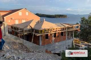 Kuća u izgradnji na južnoj strani otoka Korčule, prvi red do mora
