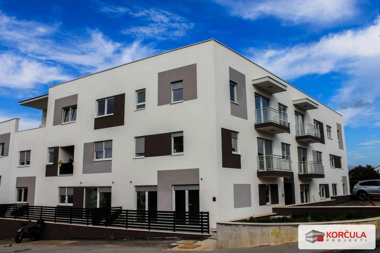 Trosobni stan u gradu Korčuli s balkonom, južno orijentiran, parking gratis