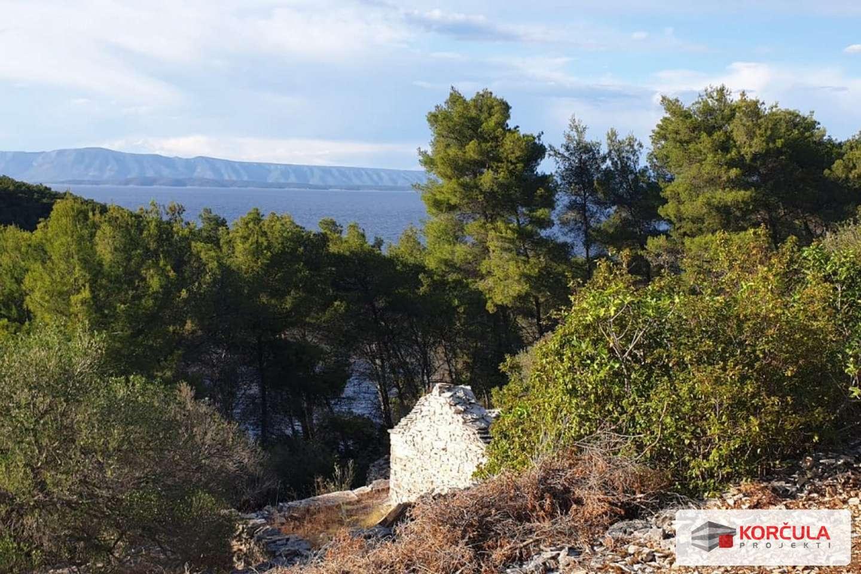 Građevinsko zemljište u idiličnoj i mirnoj uvali okruženoj borovom šumom na zapadnom dijelu otoka Korčule, okrenutoj prema otoku Hvaru