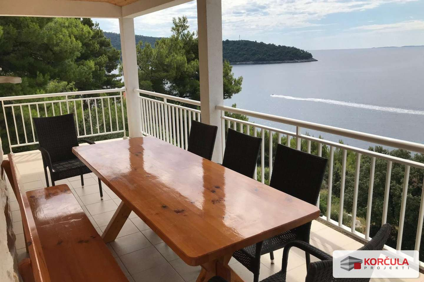 Comfortable first floor apartment with spacious garden, garage and magnificent view to the open sea