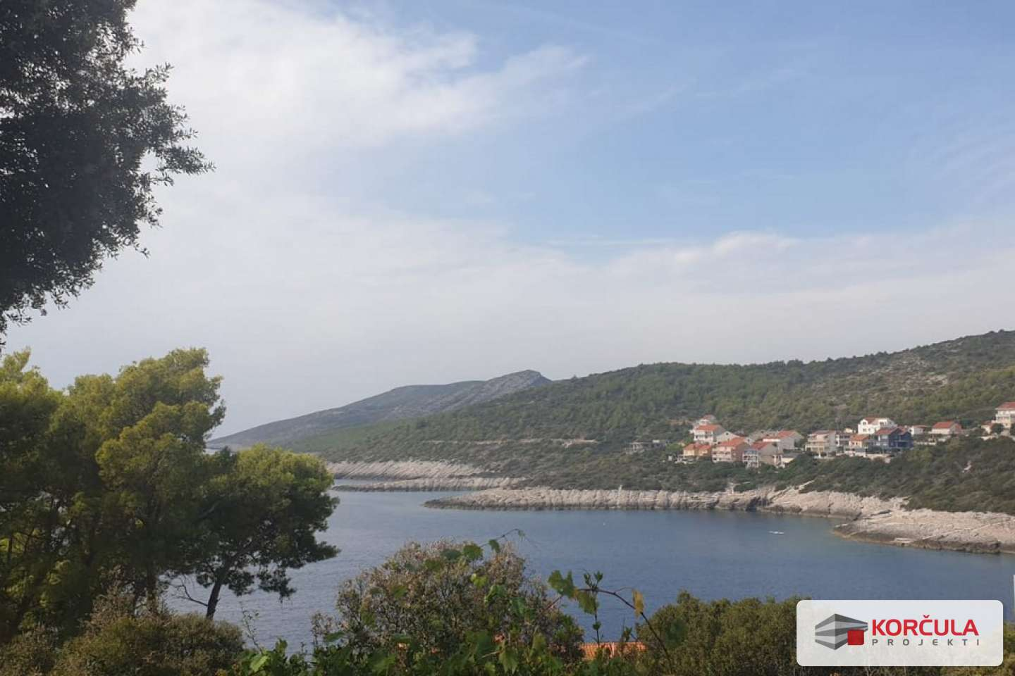 Building land in a charming tourist bay, close proximity to the sea, building permit approved
