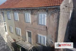 Traditional Dalmatian island house in the centre of Vela Luka, renovation required