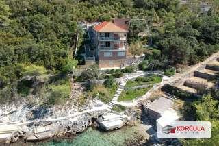 Kuća sa tri stambene jedinice, prvi red do mora, uređeno kupalište, ljupka šljunčana plaža, skladna okućnica i nevjerojatan pogled u skrovitoj uvali