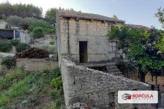 Stara kamena kuća u živopisnom otočnom okruženju