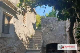 Tradicionalna kamena kuća sa pripadajućim objektima u idiličnom okruženju slikovitog otočnog naselja