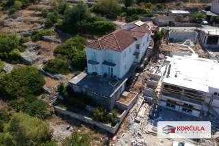 Vrhunski opremljena i prostrana nekretnina na zapadnom brežuljku naselja u srcu otoka